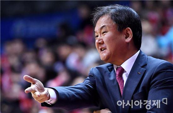 [포토]작전 지시하는 유재학 감독