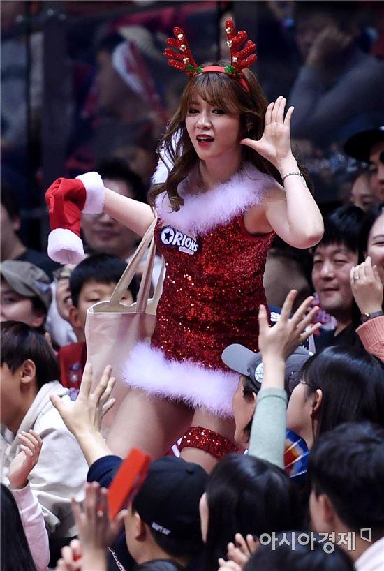 [포토]치어리더, '선물 나눠주는 산타걸'