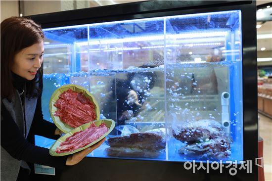 """롯데백화점 광주 """"물 속에서 숙성시킨 소고기 맛은 어떨까?"""""""