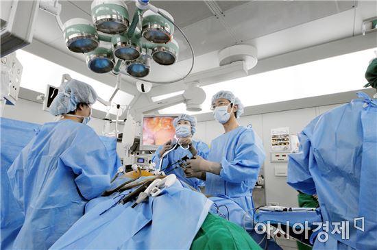 대장암 복강경 수술중인 의료진