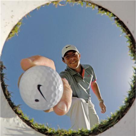 나이키의 골프용품사업 중단으로 로리 매킬로이 등 소속 프로를 잡기 위한 경쟁이 치열해 지고 있다.