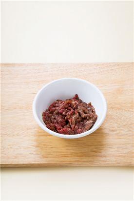 1. 쇠고기는 채 썰어 분량의 양념으로 밑간한다.