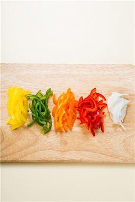 2. 빨강, 노랑, 주황 파프리카, 피망은 가로로 채 썰고 양파는 채 썬다.