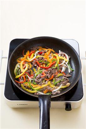 4. 쇠고기가 어느 정도 익으면 양파, 빨강, 노랑, 주황 파프리카, 피망을 넣어 볶다가 굴소스, 후춧가루를 넣어 간하고 깨소금을 뿌린다.