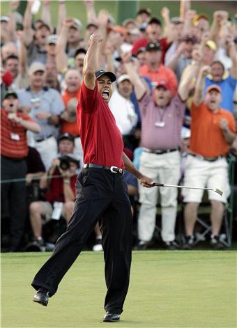 타이거 우즈가 2005년 마스터스에서 플레이오프 승부 끝에 우승을 확정한 뒤 포효하고 있는 모습이다.