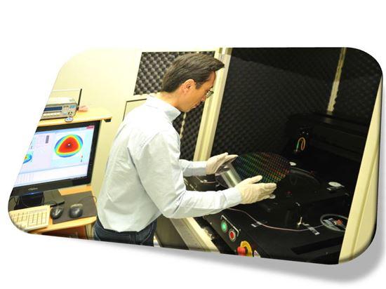 ▲이재용 박사가 웨이퍼 두께·형상 측정표준 시스템을 이용해 반도체 공정 웨이퍼의 두께 분포와 굴곡 형상을 측정하고 있다.[사진제공=KRISS]