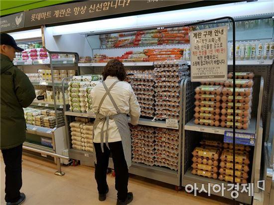 29일 저녁 롯데마트 서울역점 계란판매 코너에는 팔리지 않은 계란이 수북하게 쌓여있었다.