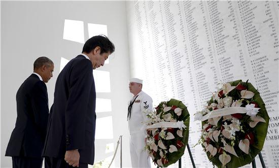 ▲28일(현지시간) 애리조나기념관에서 참배하고 있는 아베 신조 일본 총리와 버락 오바마 미국 대통령(사진=AP연합뉴스)