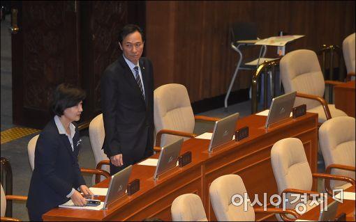 [포토]본회의장 중앙으로 자리 옮긴 민주당