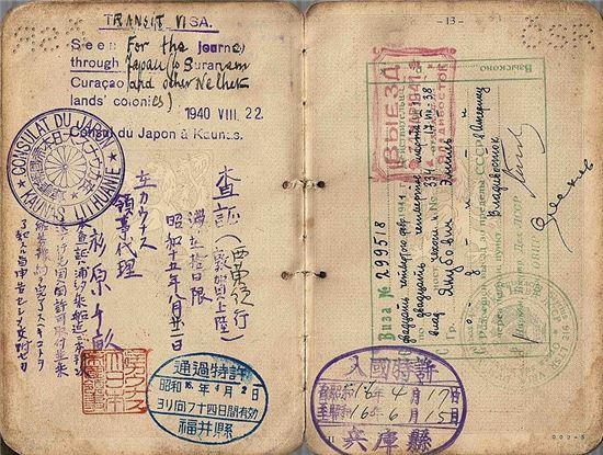 스기하라 지우네가 자필로 발급한 비자, 매겨진 번호로만 확인 된 발행 수가 2139개이며 당시 비자 하나로 일가족의 통행이 가능했음에 6,000여 명의 유대인 난민이 그가 발행한 비자로 생명을 지킬 수 있었다.
