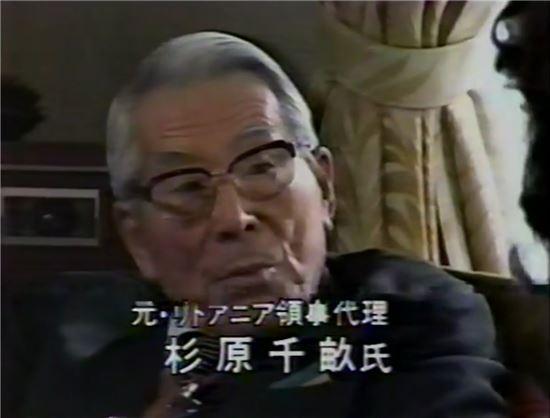 1983년 후지TV 다큐멘터리 '운명을 나눈 1장의 비자-4,500명의 유대인을 구한 일본인'에서 당시 소회를 밝히는 스기하라 지우네, 사진 = 후지TV 캡쳐
