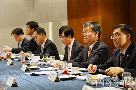 최상목 기획재정부 차관(오른쪽 두번째)이 30일 서울 중구 은행회관에서 범정부 비상경제대응 TF 회의를 주재 하고 있다.