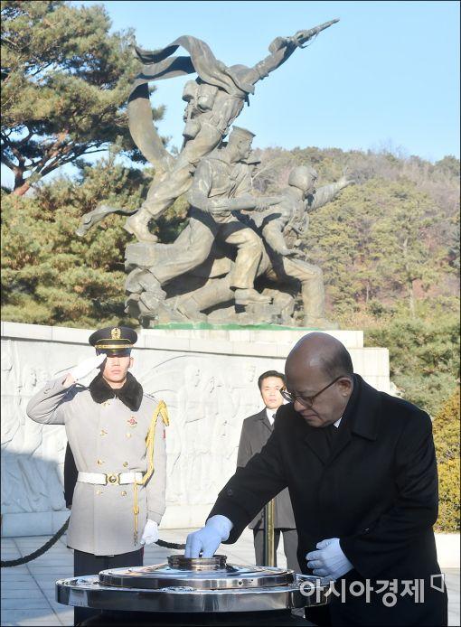 [포토]분향하는 박한철 헌재소장