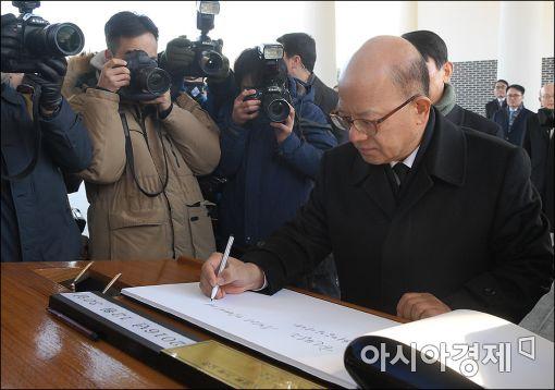 박한철 헌법재판소장을 비롯한 재판관 9명이 30일 오전 동작동 국립현충원을 참배했다.