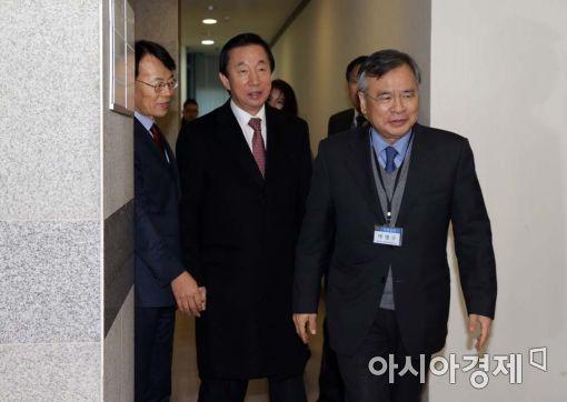 [포토]나란히 사무실 향하는 박영수-김성태