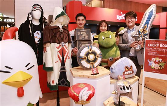 30일 오전 현대 시티 아울렛 동대문점 직원들이 '리니지 레드 나이츠' 팝업스토어에서 럭키박스와 캐릭터 상품들을 선보이고 있다.