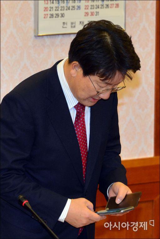 [포토]휴대폰 확인하는 권성동 위원장