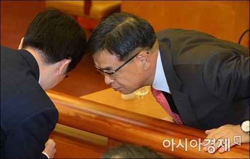 [포토]머리모은 박근혜 대통령 측 변호인