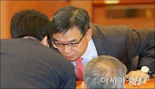 [포토]'박근혜 대통령 측 변호인, 무슨 이야기?'