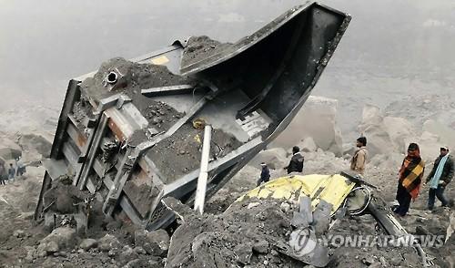 30일 인도 동부 자르칸드 주 고다 지역에서 사람들이 전날 붕괴한 탄광에 모여 있다.[AFP·연합뉴스]