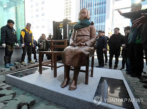 30일 부산 일본영사관 앞에 소녀상이 재설치되고 있다. 소녀상은 이틀 전 설치됐다가 구청의 강제집행으로 철거됐다. 사진=연합뉴스