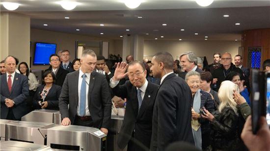 반기문 유엔 사무총장이 30일(현지시간) 뉴욕 유엔본부에서 한국 국민께 드리는 새해 메시지를 전하기 위해 행사장에 입장하고 있다.