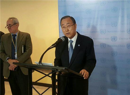 반기문 유엔 사무총장이 30일(현지시간) 뉴욕 유엔본부에서 한국 국민께 드리는 새해 메시지를 말하고 있다.