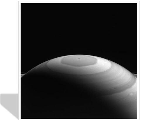 ▲토성의 육각형 소용돌이.[사진제공=NASA]