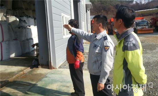 전북진안경찰, 눈길 교통사고 예방 제설자재 확인