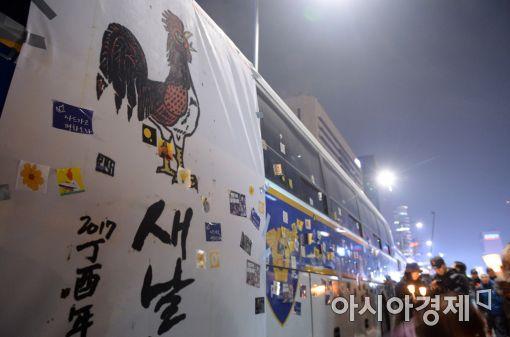 [포토]광장에서 만난 붉은 닭