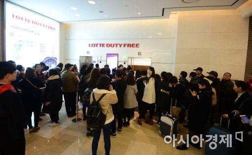 지난 5일 오픈을 앞둔 서울 잠실 롯데면세점 월드타워점에 고객들이 몰리고 있다.