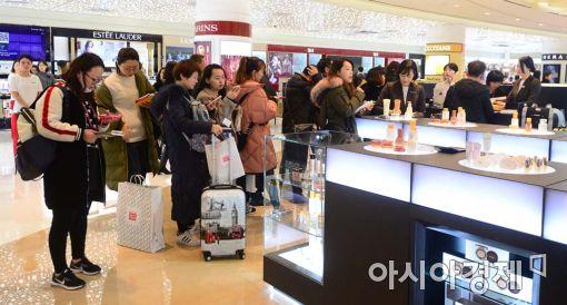 지난 5일 재개장한 롯데면세점 월드타워점에서 관광객들이 결제를 기다리고 있다.