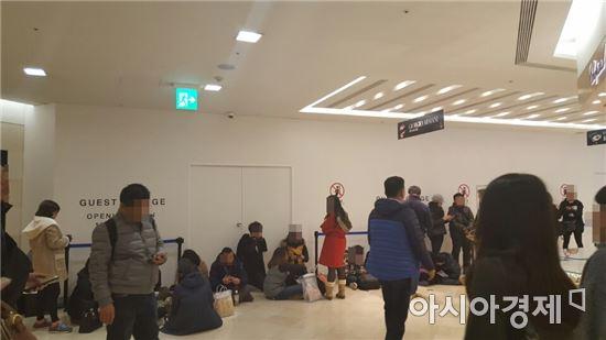 서울 광화문 동화면세점의 기존 루이뷔통 매장이 폐점하고 그 자리에 시계 브랜드 및 고객 라운지 공사가 진행중이다. 가림막 앞에서는 고객들이 쇼핑을 하지 않고 바닥에 앉아 휴식을 취하고 있다.