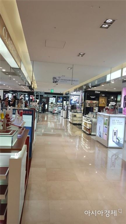 지난 6일 오후 서울 광화문 동화면세점 내 화장품 매장이 텅 비어있다.