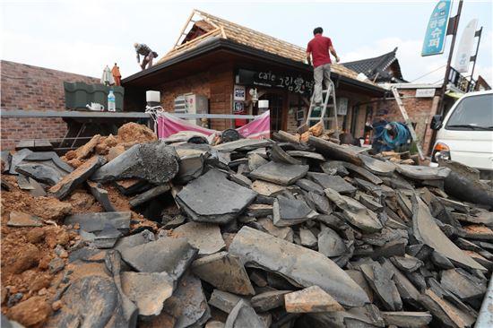 지난해 9월21일 오후 경북 경주시 황남동에서 기술자들이 경주지진으로 인해 파손된 기와 교체작업을 하고 있다. 경주지진은 지난해 9월12일 5.8 규모로 발생했다. (사진=연합뉴스)