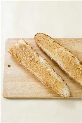 1. 바게트는 반으로 갈라 땅콩 버터를 골고루 바른다.