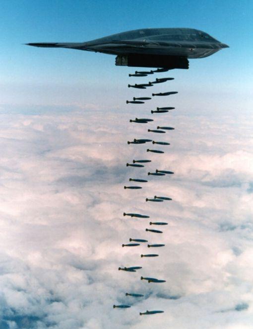 B-2 스텔스 폭격기의 폭탄 투하 모습