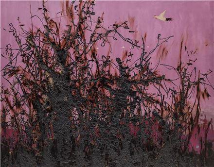 날아라 닭 (Fly, Rooster) 96.5x122.5cm 목판위에 천, 옻칠화(East Asian natural lacquer Painting) 2017