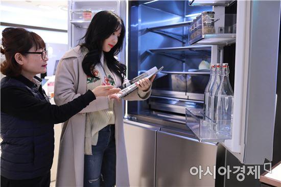 롯데백화점 광주점 8층 가전매장에서 고객이 혼수품목 냉장고을 설명 받고 있다. 사진=롯데백화점 광주