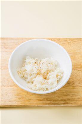 1. 따끈한 밥은 소금, 깨소금, 참기름으로 간을 한다.