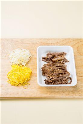 2. 산적용 쇠고기는 채 썰고 달걀은 식용유를 두른 후라이팬에 황백지단을 부쳐 곱게 채 썬다.