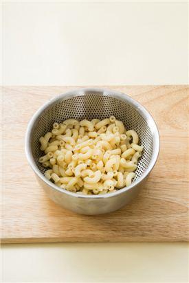 1. 마카로니는 끓는 물에 소금을 넣어 6~7분 정도 삶아 물기를 뺀다.