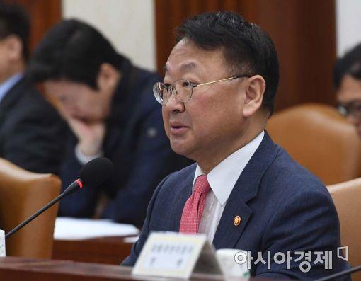 """[인터뷰]유일호 """"재정 원천은 국민세금…신중히 써야"""""""