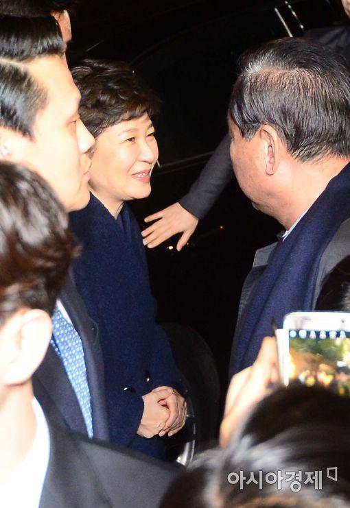 박근혜 전 대통령이 12일 삼성동 사저에 도착한 직후 지지자들에게 인사하고 있다.