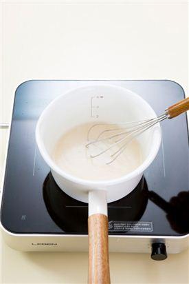 3. 물에 다시마를 넣어 물이 끓으면  5분 정도 끓이다가 다시마를 바로 건져 낸 다음 찹쌀가루에 물 2를 넣어 섞어준 후  다시마 국물에 넣어 거품기로 잘 저어주면서 3-4분간 중불로 맑게 풀어 쑨다.