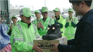 ABC마트, 중랑구 환경미화원에 '세상에 없던 신발' 기부