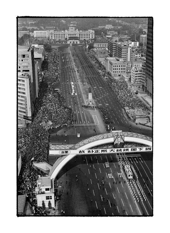 """1979년 10월 26일. 유신으로 연장한 독재는 측근의 내분으로 급박한 종말을 맞았다. 상처를 움켜쥔 그는 말했다. """"난, 괜찮다."""" 군인다운 담담함이지만, 죽음에 이른 이가 오히려 남아있는 무엇인가를 걱정하는 뉘앙스가 담겼다. 1979년 11월 3일 국장으로 치러진 마지막길에 몰려든 저 국민들은 무엇을 슬퍼하며 오열했을까."""