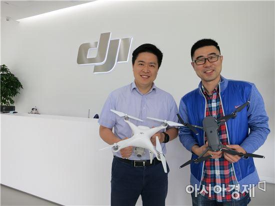 쉬화빈 DJI 부총재(왼쪽)와 왕판 PR 총감이 본사 쇼룸에서 대표 제품 '팬텀4 프로'와 '매빅 프로'를 선보이고 있다.