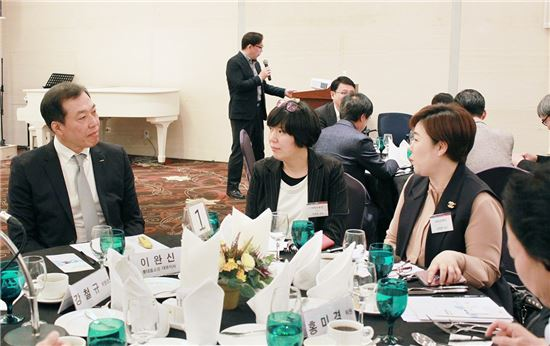 지난 3월 22일 서울 여의도 중소기업중앙회에서 진행된 '롯데홈쇼핑 파트너사와 경영투명성위원회 상생 간담회'에서 롯데홈쇼핑 이완신 대표이사(왼쪽 첫번째)와 파트너사 관계자들이 대화를 나누고 있다.