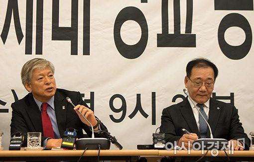 염재호 고려대 총장(왼쪽)과 김용학 연세대 총장